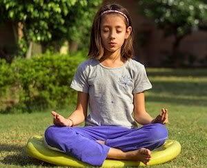 Fille en train de méditer
