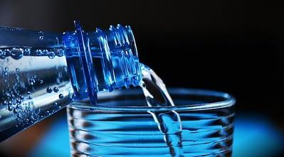 Eau potable en bouteille de plastique